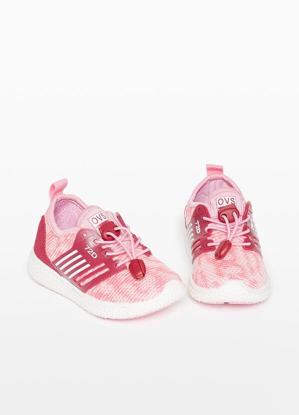 Sneakers Obermaterial Streifenstruktur zweifarbig