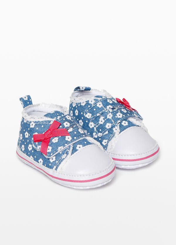 Sneaker aus Leinen floral und Tupfen