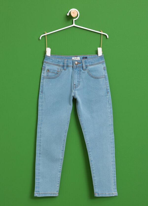 Einfarbige Stretch-Jeans mit Knopf | OVS