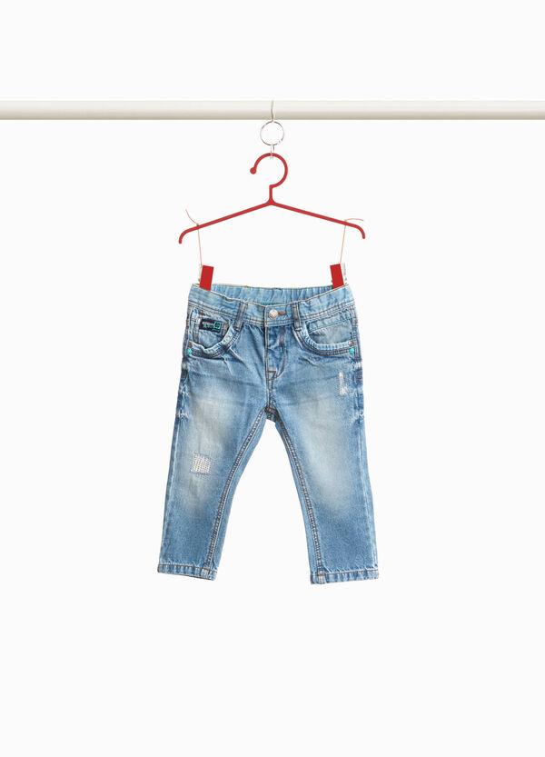 Jeans mit Used-Effekt und Rissen