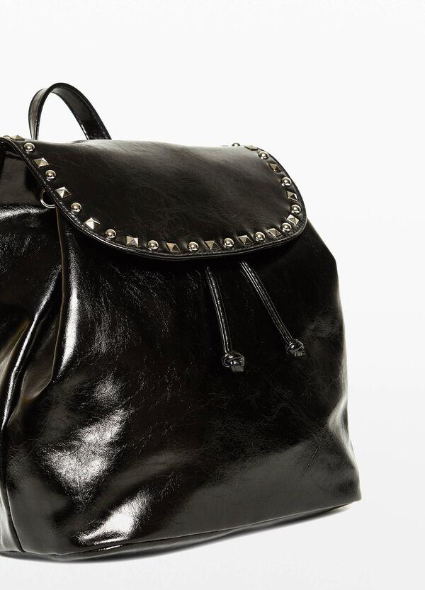 Glänzender Rucksack mit Nieten