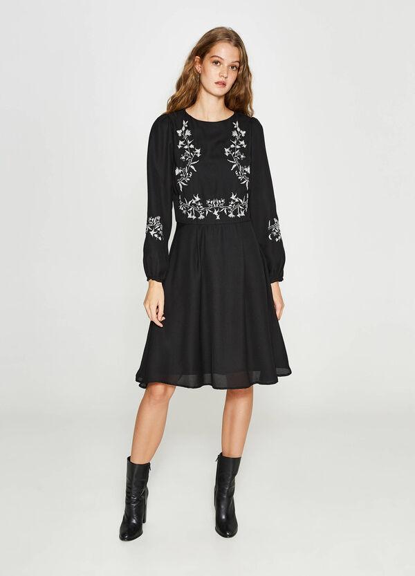 Kleid bestickt mit langen Ärmeln | OVS